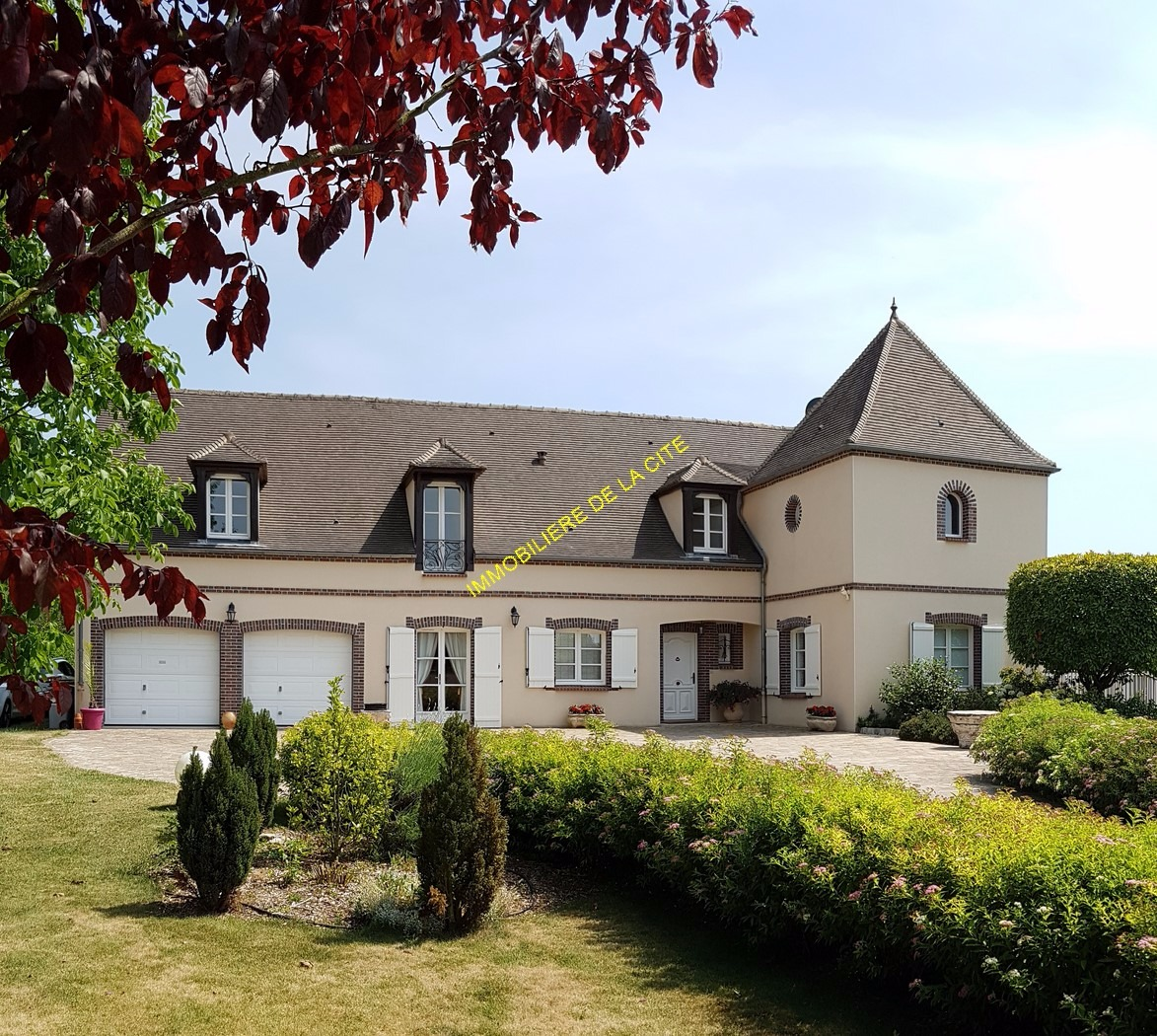 Superbe maison contemporaine 3000 m2 avec piscine for Bray sur seine piscine