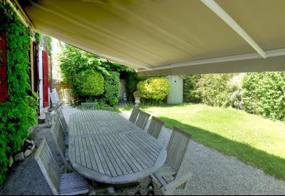 Vue: Terrasse arrière, 3 km St Loup G - Belle demeure du XIXe siècle - 220 m² de surface habitable - 10 pièces - 6 chambres