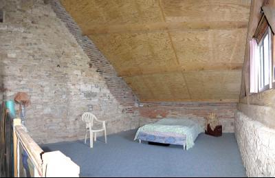 Vue: Chambre en mezzanine, CHEVIGNY EN V - Maison ancienne restaurée en pierre et brique- 5 pièces- 3 chambres- terrain 7777 m²