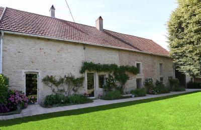 Vue: Façade - arrivée, CHEVIGNY EN V - Maison ancienne restaurée en pierre et brique- 5 pièces- 3 chambres- terrain 7777 m²