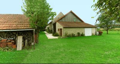 Vue: Façade à pignon avec garage appentis, CHEVIGNY EN V - Maison ancienne restaurée en pierre et brique- 5 pièces- 3 chambres- terrain 7777 m²