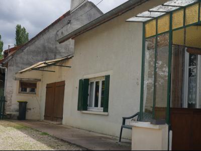 Jolie maison ancienne en pierre avec véranda à rénover située entre Beaune et Chalon