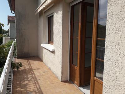 Vue: terrasse du salon, A louer maison individuelle T4 avec garage et jardin clos.