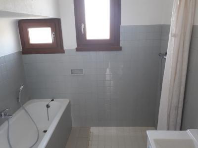 Vue: Salle de bain, A louer maison individuelle T4 avec garage et jardin clos.