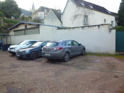 Vue: Parking dans cour priv�e et ferm�e, MONTFORT L