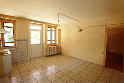 Secteur Lons-le-Saunier (39 JURA), à vendre maison en pierre sur sous-sol, 2 chambres avec jardin., Cuisine côté route