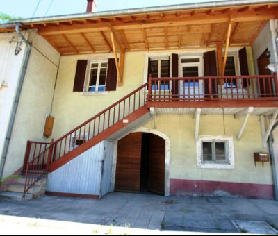 Secteur Lons-le-Saunier (39 JURA), à vendre maison en pierre sur sous-sol, 2 chambres avec jardin., Garage