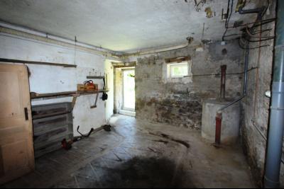 Secteur Lons-le-Saunier (39 JURA), à vendre maison en pierre sur sous-sol, 2 chambres avec jardin., Pièce avec accès direct au jardin
