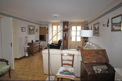 VENTE LONS-LE-SAUNIER (39)JURA, MAISON DE VILLAGE sur sous-sol, 2 chambres, 100 m² de jardin et cour, Salon de 24 m² env.