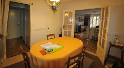 VENTE LONS-LE-SAUNIER (39)JURA, MAISON DE VILLAGE sur sous-sol, 2 chambres, 100 m² de jardin et cour, Salle à manger de 11.50 env.