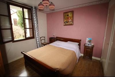 VENTE LONS-LE-SAUNIER (39)JURA, MAISON DE VILLAGE sur sous-sol, 2 chambres, 100 m² de jardin et cour, Chambre 1 de 13 m² env.
