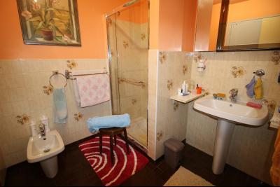 VENTE LONS-LE-SAUNIER (39)JURA, MAISON DE VILLAGE sur sous-sol, 2 chambres, 100 m² de jardin et cour, Salle d