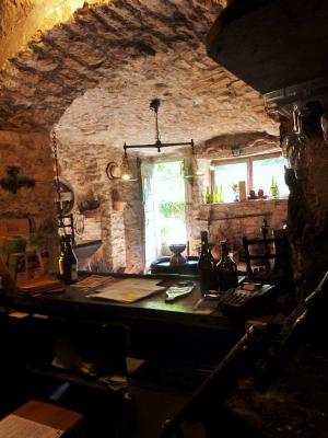 LONS-le-SAUNIER 39 JURA à 20km- Vends demeure de caractère dans beau village viticole sur 4750m²env., Le caveau