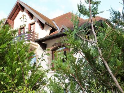 AXe LONS-le-SAUNIER/SAINT-CLAUDE JURA Proche Lacs vends MAISON  290m²env. sur terrain 1800m² env., A 5km Lac de Vouglans, dans commune tous commerces et services, école, collège et lycée