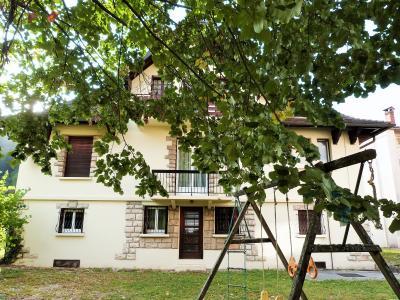 AXe LONS-le-SAUNIER/SAINT-CLAUDE JURA Proche Lacs vends MAISON  290m²env. sur terrain 1800m² env., Belle villa implantée sur terrain de 1800m² env.