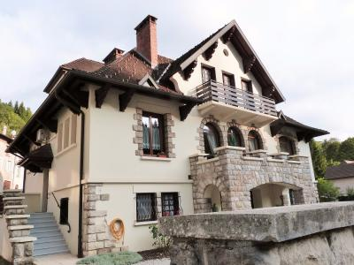 AXe LONS-le-SAUNIER/SAINT-CLAUDE JURA Proche Lacs vends MAISON  290m²env. sur terrain 1800m² env., Cette villa offre de belles possibilités pour location touristique