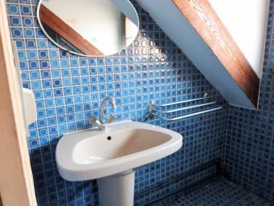 LONS-LE-SAUNIER 39 JURA Proche Centre Villa indépendante 150m²env. vue dominante terrain 1735m²env., Salle de bains (baignoire et lavabo)
