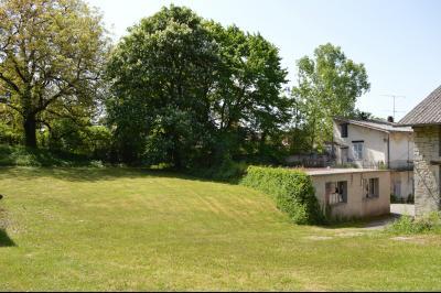 Orgelet, Grande Maison à rénover 300 m² + dépendances sur 2850 m² terrain. Prix négociable., Terrain au calme
