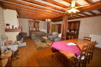 Thoiria, Proche Clairvaux les lacs, très agréable maison de village 3 chambres et 1700 m² terrain., Séjour/salon 34 m² avec cheminée