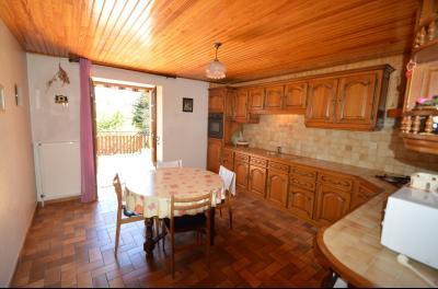 Thoiria, Proche Clairvaux les lacs, très agréable maison de village 3 chambres et 1700 m² terrain., cuisine meublé ouverte sur la terrasse