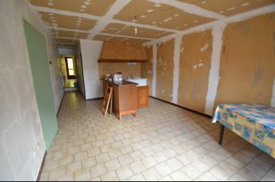 Les Piards 39150, Immeuble de 6 appartements à moins de 30 minutes de Moirans, Morez et St Claude., F2. A rénover. Cuisine/séjour