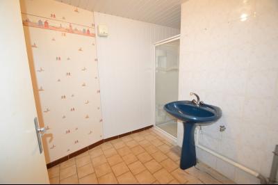Les Piards 39150, Immeuble de 6 appartements à moins de 30 minutes de Moirans, Morez et St Claude., F2. A rénover. Salle de douche