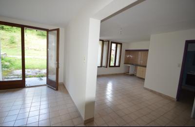 Les Piards 39150, Immeuble de 6 appartements à moins de 30 minutes de Moirans, Morez et St Claude., F3. F3. 83 m². Cuisine et séjour 14 et 23 m²