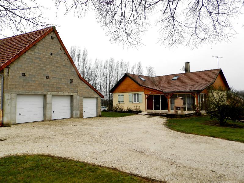 Secteur MERVANS (71), vends maison familiale 110 m� env. + d�pendances, sur terrain 5500 m�