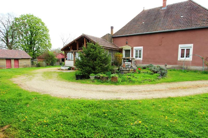 BELLEVESVRE (Sa�ne-et-Loire)), � vendre ancienne ferme sur 7215 m� de terrain.