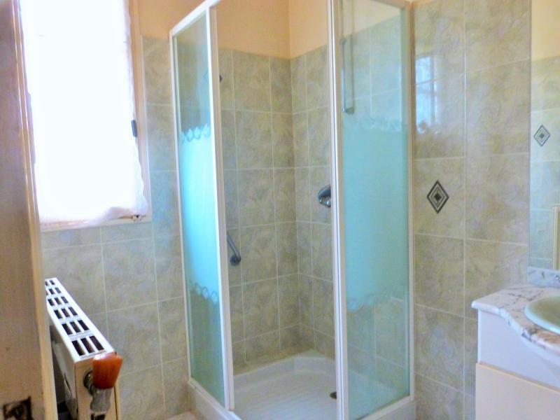 Etage: salle de bains -douche et vasque -