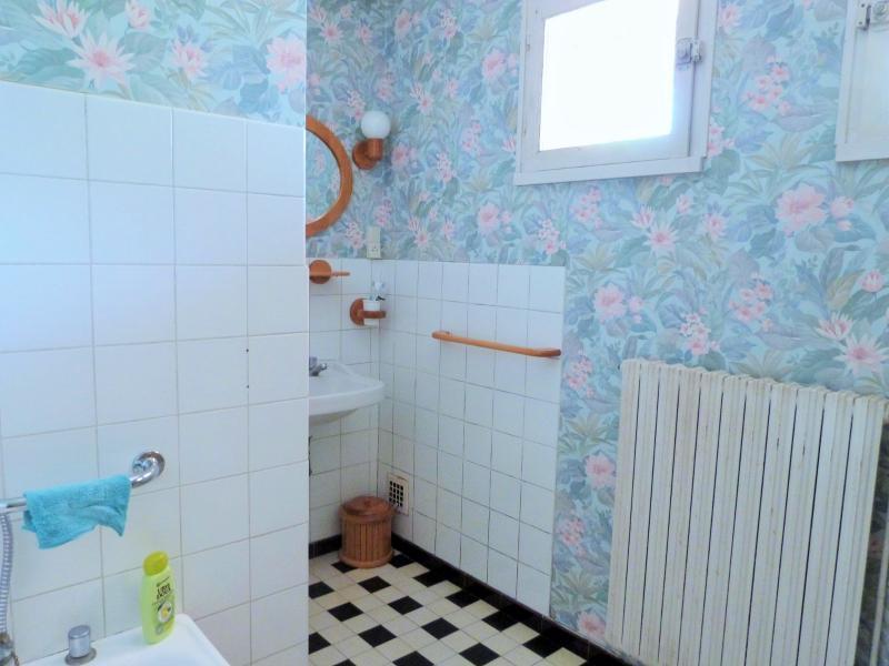 Salle de bains avec fenêtres