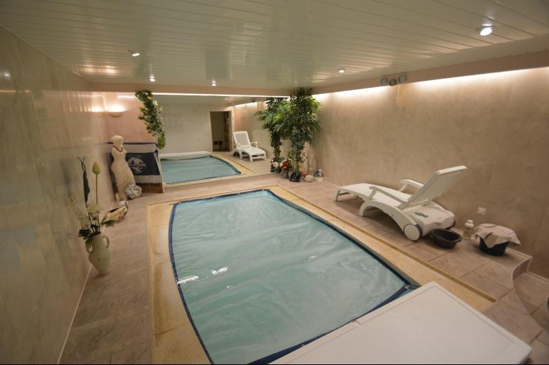 piscine intérieur avec nage contre courant