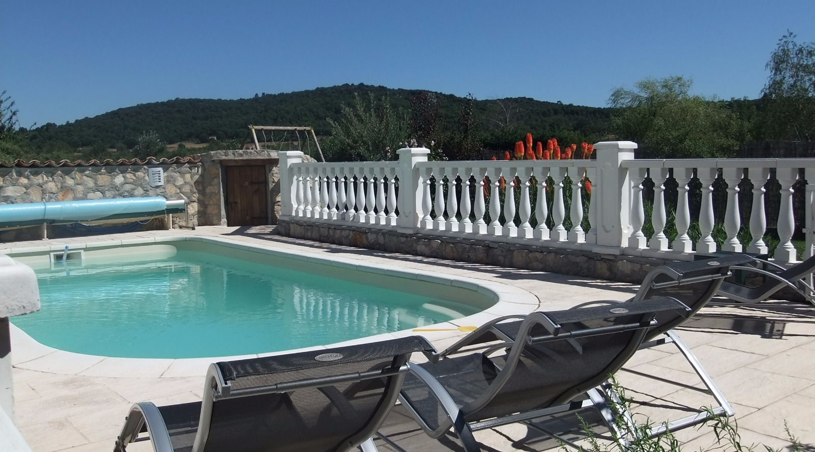 Maison en pierres avec piscine st julien 83560 agence for Piscine julien