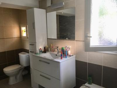 Vue: salle de bains et wc, Maison T3 sur 504 m² terrain - PIERREVERT