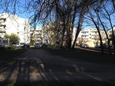 Appartement T4 traversant de 79m² avec balcon, loggia ,garage fermé , parking et grenier