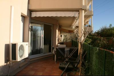 Vue: terrasse avec coin repas, 4 PIECES AU CALME AVEC BELLE TERRASSE DANS RESIDENCE ARBOREE