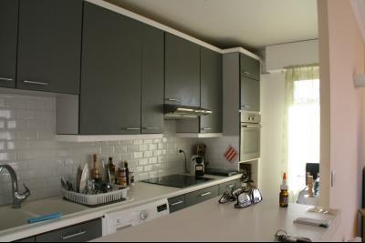 Vue: Cuisine aménagée partiellement ouverte sur séjour, 4 PIECES AU CALME AVEC BELLE TERRASSE DANS RESIDENCE ARBOREE