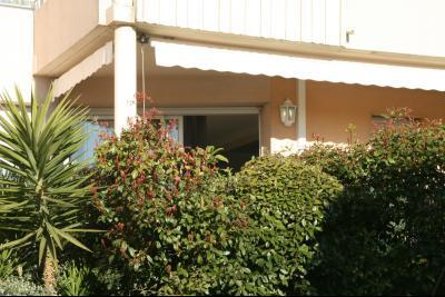 Vue: Salle de bains, 4 PIECES AU CALME AVEC BELLE TERRASSE DANS RESIDENCE ARBOREE