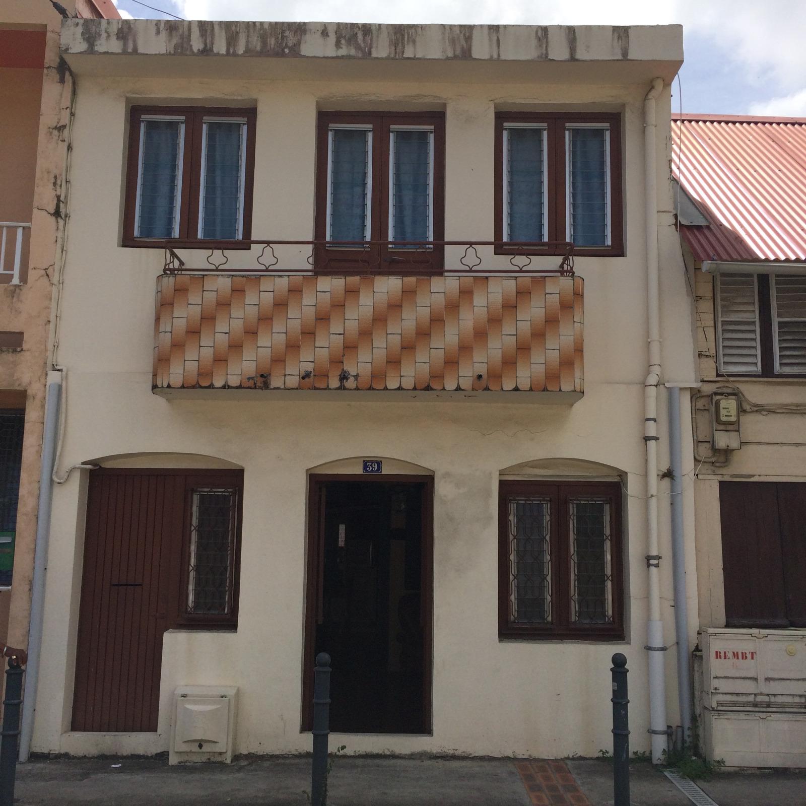 Maison de bourg f4 sur deux niveaux avec cour int rieure for Maison avec cour interieure