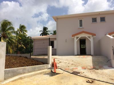 Jolie maison jumelée toute neuve T4, avec un jardin clôturé, portail électrique, proche Galléria Agence Accord Immobilier, Martinique