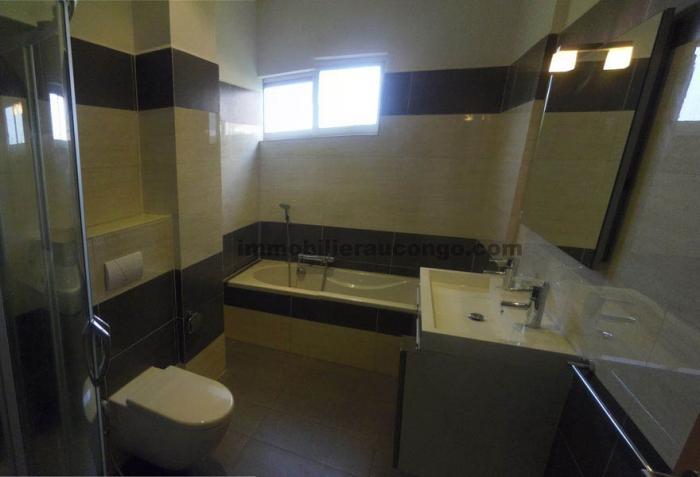 Appartement meublé de 3 chambres à louer en plein centre ville de la Gombe