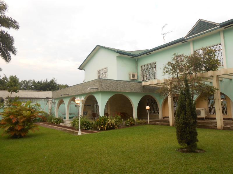 Gombe villa de 5 chambres et 5 salles de bain louer gombe for Jardin zoologique kinshasa
