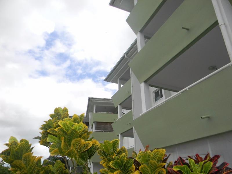 DUCOS: Dernier étage pour ce T2 central, vue Pitons