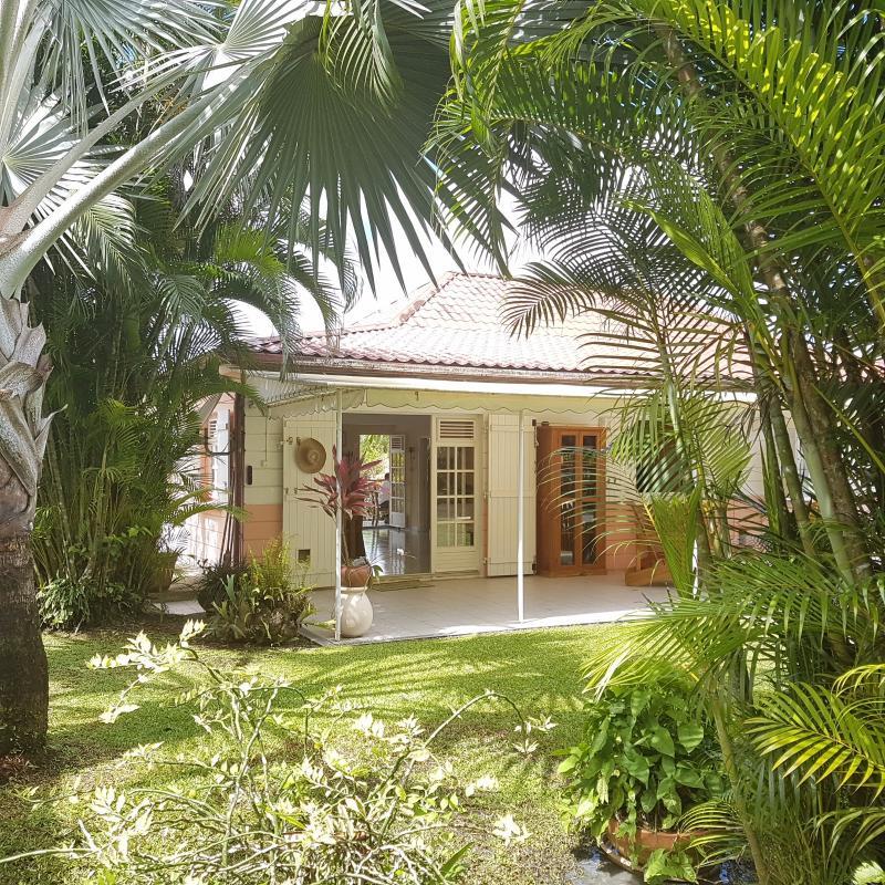 FORT DE FRANCE : Environnement privilégié pour cette villa F5 de plain pied, piscine, carbet.