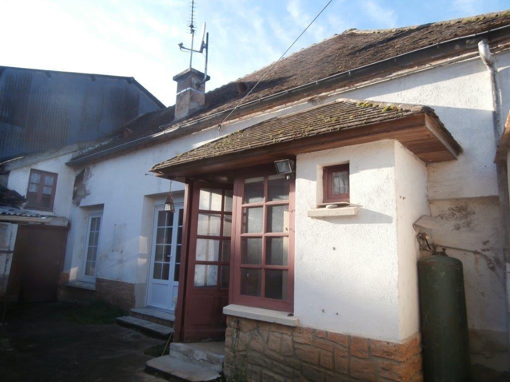 Aux portes de Pont-sur-Yonne, villageoise avec maintes possibilités, cour et potager.