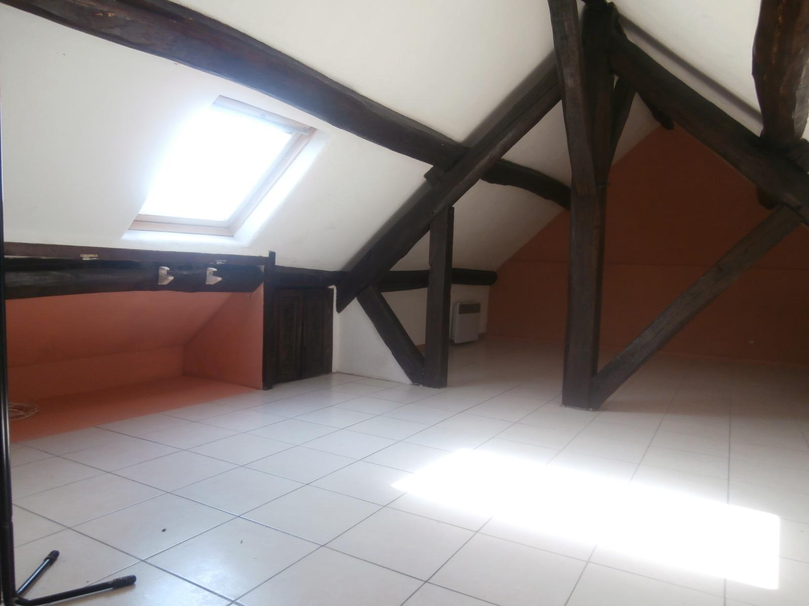 Secteur Villeneuve la Guyard, bel appartement dans les combles avec colombages.