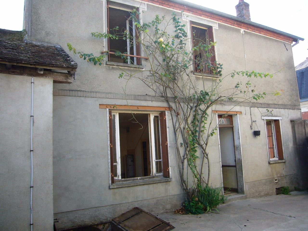 Dans village du 77, maison ancienne à rénover, grange et terrain