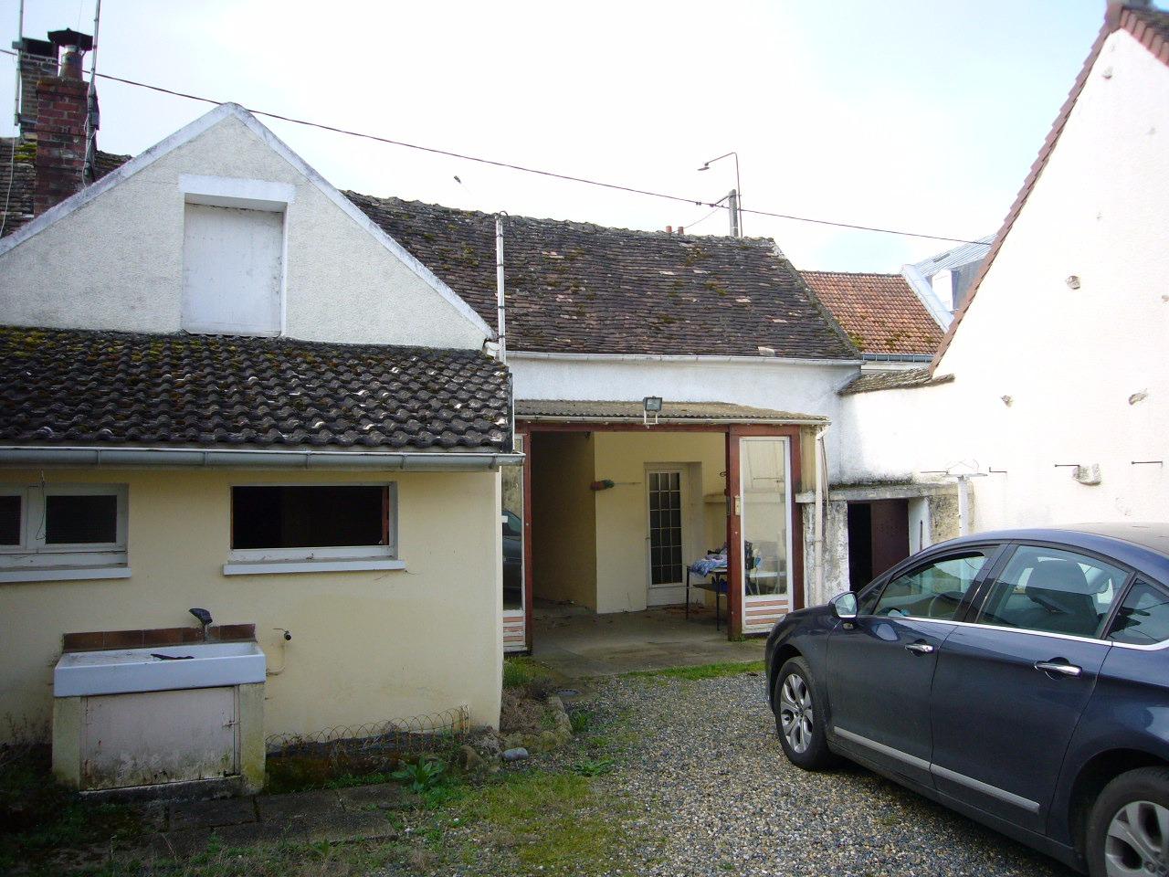 Aux portes de Villeneuve la Guyard, villageoise dans bourg très agréable.