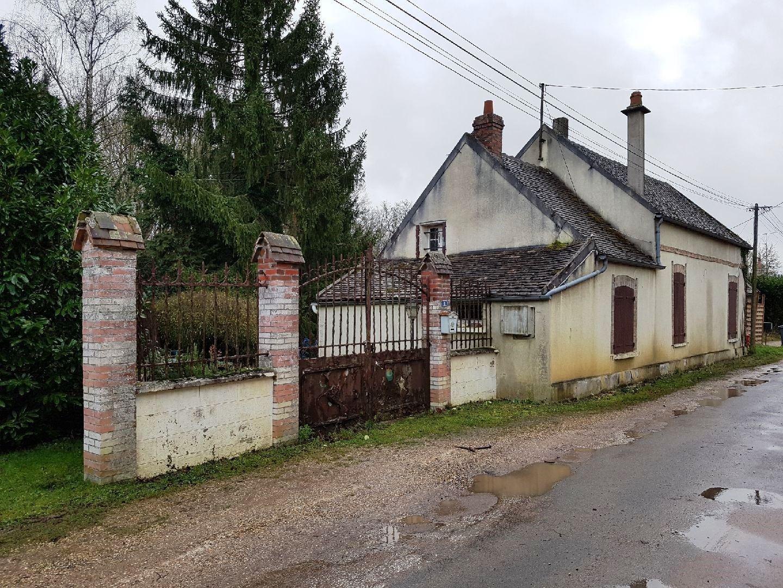 Pont-sur-Yonne, villageoise à rénover sur environ 15671 m² de terrain.