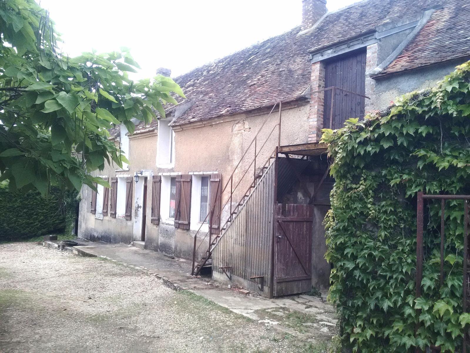 Aux portes de Villeneuve la Guyard, dans un environnement boisé et vallonné avec vue imprenable...